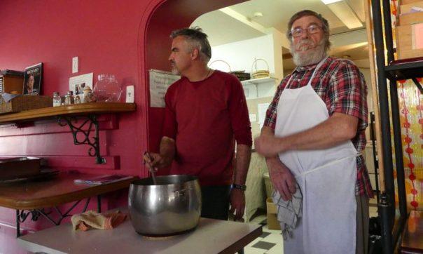 À la cuisine, Marcel et le chef Guy Blain